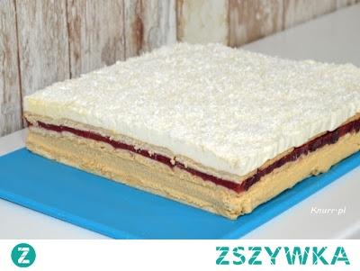 Kajmakowe ciasto z musem truskawkowym        forma: 36x21 cm     herbatniki - ok. 300 g     wiórki kokosowe - do posypania wierzchu  Masa budyniowo-kajmakowa:      2 szklanki mleka     2 budynie waniliowe     1/2 puszki masy kajmakowej (200g)     kostka masła 250 g   Mus truskawkowy:      500 g truskawek     4 łyżki stołowe cukru     3 łyżki stołowe żelatyny   Masa śmietankowa:      400 ml śmietanki 36%     1/2 szklanki cukru     1 cukier waniliowy     2 łyżki stołowe żelatyny     1/3 szklanki wrzątku   Formę wyłożyć papierem do pieczenia, dno wyłożyć herbatnikami.  2. W 1/2 szklanki mleka rozpuścić budynie. Pozostałe mleko zagotować, wlać rozpuszczone budynie i ugotować budyń, całkowicie wystudzić. Masło utrzeć i cały czas miksując dodawać do niego stopniowo budyń i masę krówkową. Gotową masę wyłożyć na herbatniki i przykryć kolejną ich warstwą.  3. Truskawki z cukrem zblendować na gładką masę. Przelać do garnka i zagotować. Dodać 3 łyżki żelatyny, dokładnie i szybko wymieszać. Ostudzony mus wstawić do lodówki, gdy zacznie tężeć, ale będzie jeszcze płynny, wylać na herbatniki i przykryć kolejną ich warstwą.  4. Żelatynę dokładnie rozpuścić we wrzątku. Pozostawić do ostygnięcia. Śmietankę ubić mikserem z 1/2 szklanki cukru i cukrem waniliowym. Dodać rozpuszczoną chłodną żelatynę, zmiksować i szybko wyłożyć na herbatniki. Wierzch ciasta oprószyć wiórkami kokosowymi.  5. Ciasto wstawić do lodówki do całkowitego stężenia (najlepiej na noc).