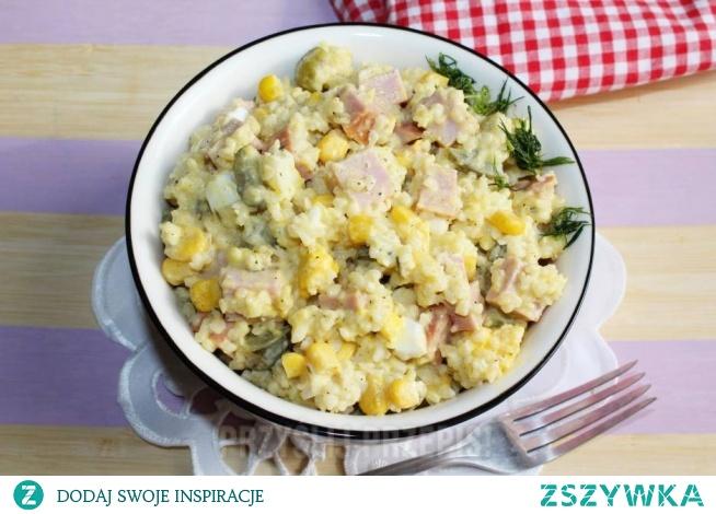 Sałatka z kaszy bulgur z kiełbasą krakowską  100g kaszy bulgur 150g kiełbasy krakowskiej 1/2 puszki kukurydzy 3 jajka 2-3 ogórki konserwowe Dodatkowo: sól, pieprz majonez        Kaszę bulgur ugotować według przepisu z opakowania.     Ugotowane na twardo jajka, kiełbasę oraz ogórki należy pokroić w kostkę, a kukurydzę odcedzić z zalewy.     Wszystkie składniki przełożyć do miski i wymieszać z majonezem.     Sałatkę doprawić solą z pieprzem.