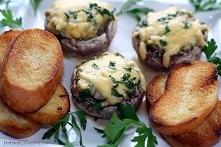 Faszerowane pieczarki   Składniki na 2 porcje:      8-10 dużych pieczarek     cebula     czosnek     łyżka oliwy     pół pęczka natki pietruszki     1 jajko     łyżka bułki tart...