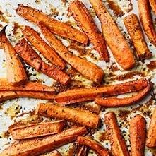 pieczona marchew    Składniki      ok. 1 kg marchewki     sól, pieprz     po 1/3 łyżeczki: ostrej papryki, imbiru, cynamonu, kurkumy, kminu rzymskiego     1 łyżka masła orzechow...