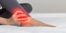 Ból kostki podczas chodzenia – przyczyny i sposoby leczenia