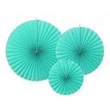 Papierowe rozety w niesamowitym kolorze tropikalnego turkusu to prosty sposób na efektowną dekorację na wieczór panieński.
