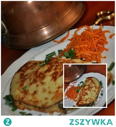 Placki ziemniaczane z nadzieniem        4 duże ziemniaki ,około 1 kg     2 jajka     3-4 łyżki mąka pszenna     sól - do smaku     50 g sera żółtego startego do tartych ziemniaków     Farsz     150 g mięsa mielonego dowolnego     50-80 g sera żółtego startego     1/2 cebula      sól - do smaku     czarny pieprz - do smaku     olej roślinny - do smażenia     szpinak op.    Przesmażyć cebulę ,dodać mięso ,smażyć wszystko 2-3 minuty,dodać szpinak ,a następnie dodać sól i pieprz do smaku. Ziemniaki umyte pokroić na kostkę ,zblendować ,lub zetrzeć ,(u mnie w blenderze ),na tarce.Do masy ziemniaczanej dodać jajka ,mąkę i ser żółty starty .Całość dokładnie wymieszać .Rozgrzać patelnie, smażyć duże placki ziemniaczane.Na każdy placek,złożony na pół , na połówce ułożyć farsz ,posypać tartym serem i zakryć drugą połówką .Zarumienić z obydwu stron.:))  Podawać placki ziemniaczane nadziewane na gorąco. Smaczne i bogate danie z tradycyjnych składników. Placki ziemniaczane mogą być gotowane z różnymi nadzieniami - z kapustą, grzybami, kiełbasą, z bukietem warzyw. Bardzo szerokie pole do eksperymentowania z nadzieniem. To przepis na placki ziemniaczane ze smażonym mięsem i szpinakiem.