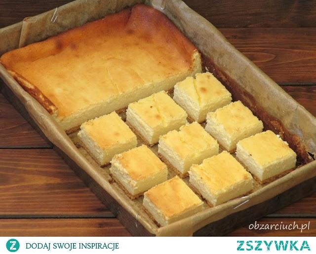 Sernik na bitej śmietanie Wymiary formy: 26x40 Składniki: 1 kg sera białego półtłustego 400 ml śmietanki 30% 10 jaj 1 i 1/2 szklanki cukru 2 budynie śmietankowe cukier waniliowy herbatniki Ser mielimy dwukrotnie. Żółtka ucieramy z 1/2 szklanki cukru pudru na puch. Dodajemy ser, proszek budyniowy i mieszamy. Następnie osobno ubijamy białka na sztywno i stopniowo wsypujemy 1 szklankę cukru pudru i cukier waniliowy. Białka przekładamy do masy serowej. Dobrze schłodzoną śmietankę ubijamy na sztywno, przekładamy do masy i delikatnie mieszamy, aby ciasto nie opadło. W blaszce wyłożonej papierem do pieczenia układamy warstwę herbatników. Wylewamy masę serową i wstawiamy do piekarnika nagrzanego do 180 st. na około 40 min. Po tym czasie temperaturę zmniejszamy do 160 st. i pieczemy jeszcze około 20 min. Sernik studzimy w piekarniku.