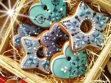 Zestaw w koszyku z ręcznie dekorowanymi pierniczkami. Idealny na Bożonarodzen...