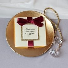 eleganckie zaproszenia na studniówkę z ozdobnym brokatowym złotym kwadratem i...