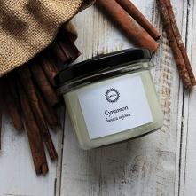 """Świeca sojowa """"CYNAMON"""" to słodki, delikatny, korzenny, istnie świąteczny zapach. Po prostu prawdziwie cynamonowy! Nastrój potęguje drewniany knot, który pali się delikatnym pło..."""