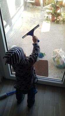 Kochany pomocnik. Sprzatanie trwa dwa razy ale przynajmniej dziecko ma radoche.
