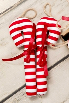 Laska świąteczna z zawieszką wykonana została bardzo starannie z dobrej jakościowo bawełny. Sprawdzi się w każdym wnętrzu jako ozdoba - na choince lub np. jako dekoracja stołu ś...