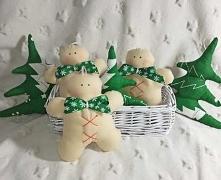 Zestaw zawieszek na choinkę szytych ręcznie oraz maszynowo ze 100% bawełny, utrzymanych w kolorystyce świątecznej - beż oraz czerwień. Casteczkowe ludziki ozdobione zieloną koka...