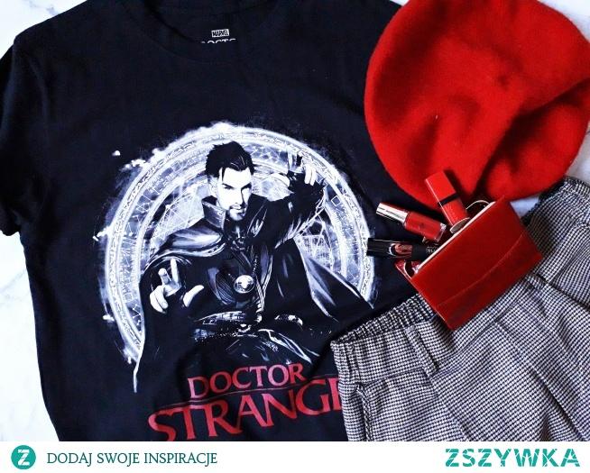 Koszulka DOKTOR STRANGE MARVEL - Oficjalna licencjonowana koszulka Marvela - sklep internetowy dla fanów serii. Koszulka MARVEL - bluzka z nadrukiem postaci DOKTOR STRANGE granego przez aktora Benedicta Cumberbatcha. Modna damska i męska koszulka z bohaterem Marvela - świetny pomysł na prezent dla fanów serii filmów i komiksówl. Koszulka DOKTOR STRANGE - fandomowa koszulka dla dziewczyn i dla chłopaków. Klasyczna bawełniana bluzka z trwałym nadrukiem o kroju unisex z krótkim rękawem.