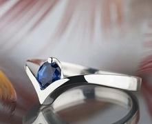 Minimalistyczny i elegancki srebrny pierścionek z szafirem, który sprawdzi si...