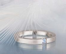 Prosty i delikatny srebrny pierścionek z kamieniem księżycowym - kamieniem ur...