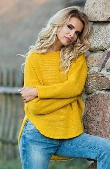 Fobya F585 sweter musztardowy Śliczny ciepły sweter damski dostępny w dwóch kolorach, wykonany został z ciepłej dzianiny, sweter wykończono na półokrągło, asymetryczny fason z w...
