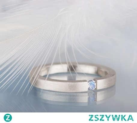 Prosty i delikatny srebrny pierścionek z kamieniem księżycowym - kamieniem urodzinowym miesiąca czerwca.  Na zdjęciach pierścionek może wydawać się dość masywny, ale w rzeczywistości jest subtelny i bardzo wygodny. Będzie się doskonale nadawał do codziennego noszenia. Będzie on również dobrym wyborem na prezent dla osoby, która lubi minimalistyczną i geometryczną biżuterię.
