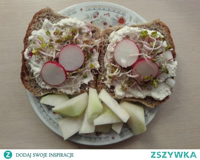 kanapki z pastą z nerkowców + kalarepa