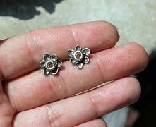 Małe srebrne kwiatuszki. Rę...