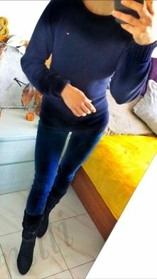 Zwykły dopasowany sweterek ombre do tego para jeansów i jesienne kozaczki. Ch...