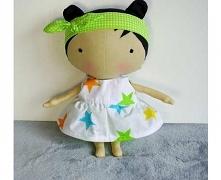Lalka w skansynawskim stylu z serii Tilda. Przytulanka lala może być idealnym przyjacielem Twojego dziecka. Lala jest wykonana całkowicie z bawełnianej tkaniny. Wypełniony jest ...