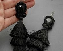 Kolczyki zrobione haftem sutasz, ozdobione fasetowanymi koralikami szklanymi  długość samego haftu ok. 10,5 cm