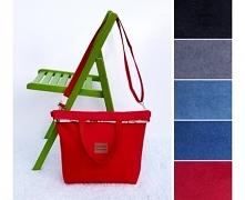 Duża i pakowna torba w kolorze czerwonym, uszyta z tkaniny zamszowej Alkantra...