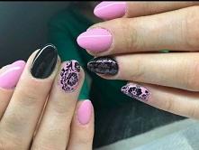 Różowo-czarne z motywem kwiatowym.