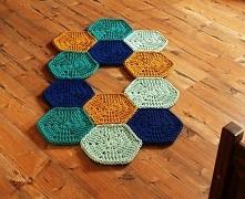 Dywan ze sznurków bawełnianych w kolorach: musztardy, kobaltu, dzikiej mięty i jasnej mięty. Skomponowany z sześcianów / heksagonów.  Długość: 120 cm  Szerokość: 65 cm
