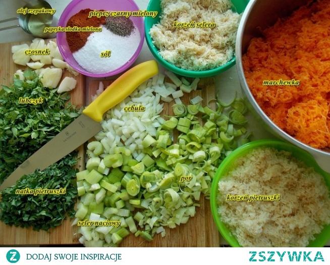 Naturalna bulionetka warzywna       1 kg marchewki     400 g korzenia pietruszki     1 seler korzeniowy ( ok 200 g)     2 cebule (ok 200 g)     1 mały por     2 łodygi selera naciowego     1 główka czosnku ( ok 8 ząbków)     1 szklanka wody     1 pęczek ziela lubczyku     1 pęczek natki pietruszki     1/3 szklanki oleju rzepakowego     1 szklanka soli     1 łyżeczka pieprzy czarnego mielonego     3 łyżeczki słodkiej papryki mielonej  Warzywa korzeniowe czyli marchewkę, pietruszkę i seler zetrzeć na tarce jarzynowej na drobnych oczkach lub używając robota z odpowiednią tarczą.  Ostrym nożem posiekać cebulę, pora, łodygi selera naciowego, natkę pietruszki i lubczyk.  Do dużego garnka na dno wlać olej, wrzucić cebulę i pora. Smażyć, aż staną się szkliste. Dodać starte warzywa korzeniowe (seler, pietruszkę, marchewkę) z selerem naciowym i zgniecionymi ząbkami czosnku. Podlać wodą, przykryć garnek pokrywką i dusić 20 min. Po tym czasie warzywa powinny być miękkie. Wsypać wszystkie przyprawy i dodać posiekaną natkę pietruszki i lubczyk. Dusić razem jeszcze przez około 10 min. Po przestudzeniu zmielić blenderem. Przekładać do pojemników do mrożenia i wstawić do zamrażarki. Przyprawę po zmrożeniu można nabierać łyżeczką, więc nie ma potrzeby dodatkowego porcjowania.