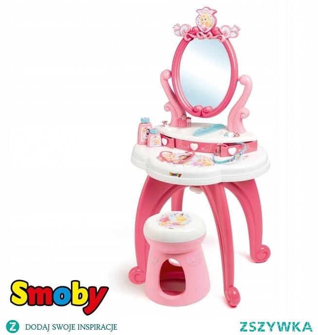 Smoby Disney Princess Toaletka 2w1  Każda Księżniczka musi wyglądać doskonale. Aby to osiągnąć, przyda jej się toaletka z krzesełkiem Disney Princess od Smoby. Zestaw zawiera uroczą toaletkę z bezpiecznym, obracanym lustrem i miejscem na różnego rodzaju ozdoby, a także krzesełko dla dziecka. Wszystko utrzymane jest w różowym i białym kolorze. Dwupoziomowy blat zawiera szufladki i kuwetki na różnorakie kosmetyki i biżuterię. Zestaw wyposażono w 10 elementów dla małej damy