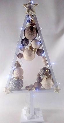 Elegancka, drewniana choinka w kolorze białym w skandynawskim stylu. Choinka pomalowana białą farbą akrylową. Światełka LED (20) na baterie. Choinka wysokości ok. 90 cm, szeroko...