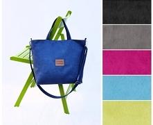 Średniej wielkości torba w kolorze niebieskim (navy blue) uszyta z tkaniny im...