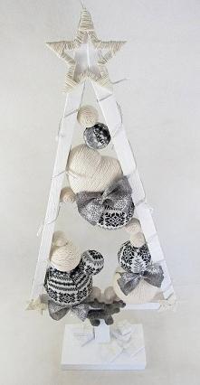 Elegancka, drewniana choinka w kolorze białym w skandynawskim stylu. Choinka pomalowana białą farbą akrylową. Światełka LED (20) na baterie. Choinka wysokości ok. 79 cm, szeroko...