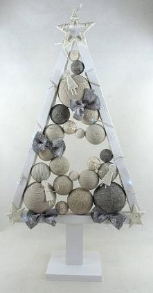 Elegancka, drewniana choinka w kolorze białym w skandynawskim stylu. Choinka ...