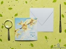 Przepiękne wiosenne zaproszenia ślubne z żółtymi kwiatami forsycji na tle błę...