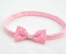 Opaska do włosów dla dziewczynki, różowa kokardka z koronki na elastycznym materiale, który nie uwiera główki dziecka.  Opaska pasuje na różne okazje zarówno dla małej dziewczyn...