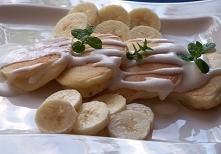 Maślanka i banany, czyli bardzo fajne placki  Ciasto      mąka pszenna     2 szklanki     maślanka     2 szklanki     jaja     2 szt     proszek do pieczenia     2 łyżeczki     ...
