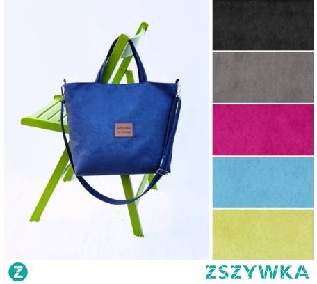 """Średniej wielkości torba w kolorze niebieskim (navy blue) uszyta z tkaniny imitującej zamsz (alcantra). Torebka posiada dwa krótsze paski, dające możliwość noszenia do ręki oraz jeden długi, z możliwością regulacji i noszenia torebki po skosie przez głowę jak listonoszkę. Paski uszyte są z mocnych pasków parcianych w kolorze ciemno niebieskim i obszytych tą samą tkaniną, z której uszyta jest torebka.Torebka zapinana jest na zamek w srebrnym kolorze. W bok podszewki wszyta jest smycz na klucze, których już teraz nigdzie nie """"zapodziejesz"""""""