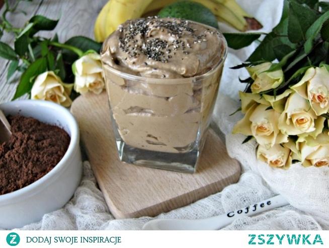 Mus czekoladowy z awokado        banan     1 sztuka      awokado     0.5 sztuki      kakao     1 łyżka      jogurt naturalny     150 gramów      miodu wielokwiatowego     1 łyżka      nasiona chia     0.5 łyżeczki   Banana obieramy ze skórki, kroimy na mniejsze kawałki. Z awokado wyjmujemy pestkę, obieramy skórkę i również kroimy na mniejsze kawałki. Owoce wkładamy do wysokiego naczynia lub blendera. Dodajemy kakao, miód oraz jogurt naturalny. Całość blendujemy na gładki mus. Przekładamy do szklanki lub mniejszych słoiczków. Dekorujemy nasionami chia.