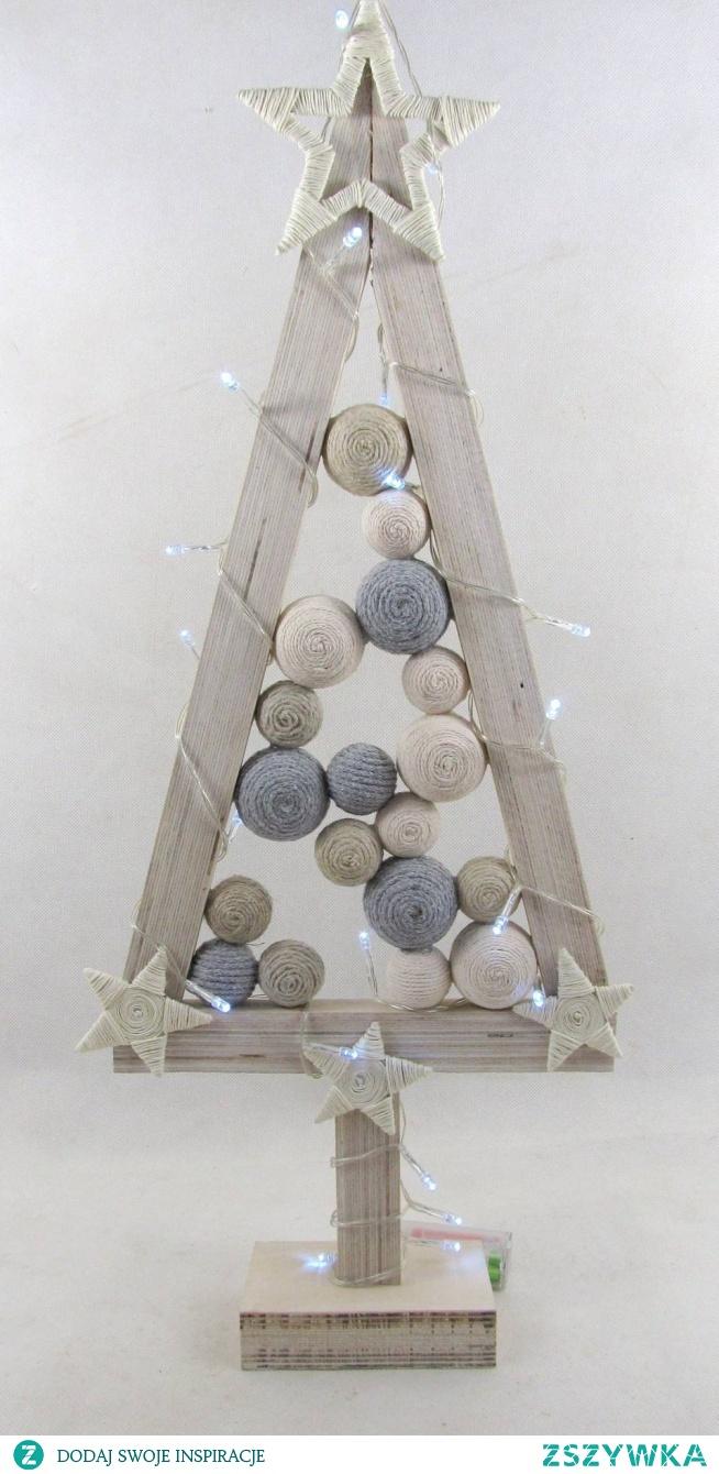 Elegancka, drewniana choinka w kolorze białym w skandynawskim stylu. Choinka pomalowana białą bejcą i farbą akrylową. Światełka LED (20) na baterie. Choinka wysokości ok. 60 cm, szerokości u podstawy ok. 24 cm. Ozdobiona bombkami w kolorze popieli i bieli ze. Białe gwiazdy ze sznurka,. Bardzo ciekawa, prosta ozdoba świąteczna, która umili czas Świąt nie tylko w domu ale też w biurze. Może służyć przez wiele lat. W ofercie inne wzory choinek. Zapraszam :)