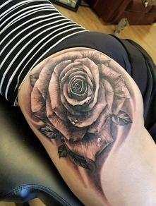 róża tatuaż na tyłku