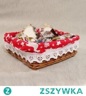 Obszywany koszyk z świątecznym wzorem.