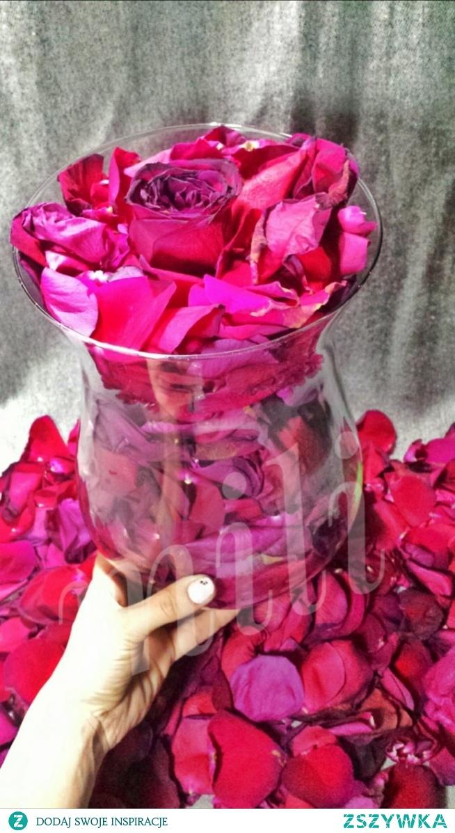 Wazon pełen i co z resztą?Świeże róże z bukietu z urodzin przydadzą się do ozdoby oraz do kąpieli z olejkami eterycznymi jak również zostało jeszcze na zrobienie wody różnej.