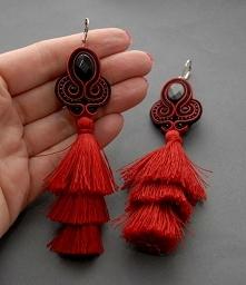 Modne kolczyki zrobione haftem sutasz, ozdobione fasetowanymi koralikami szklanymi  długość samego haftu ok. 10,5 cm