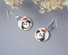 Pingwiny w świątecznych czapeczkach na lekko połyskującym tle.   Długość - 3,5cm