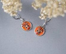 Świąteczne kolczyki renifery na pomarańczowym tle. Wykonane z masy polimerowej.   Długość - 3,5cm
