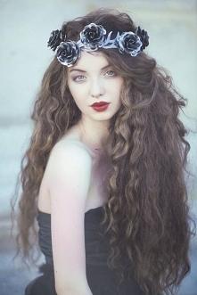 Piękne i kręcone włosy.