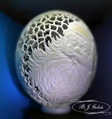 św.Mikołaj rzeźbiony na jajku strusim, naturalna skorupka jaja strusiego ze św.Mikołajem , rzeźba na jajku, Rzeźbiony ostrokrzew, rzeźbione dzwoneczki i prezenty od św.Mikołaja ...
