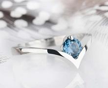 Srebrny pierścionek z topaz...