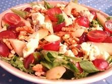 Sałatka z gorgonzolą,winogronami gruszką i orzechami na rukoli