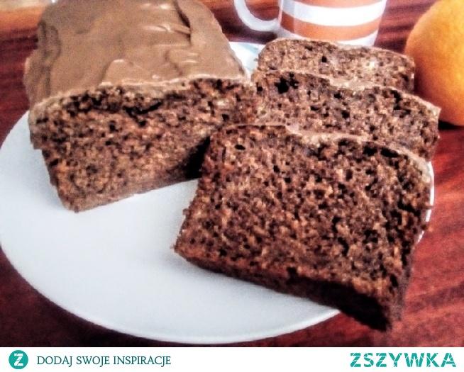 Szybkie ciacho bananowe z kakao. Składniki -110 g oleju -1 szklanka cukru ( można zmniejszyć ilość, bo jest dość słodkie ) -2 łyżki kakao -2 roztrzepane widelcem jajka -4 dojrzałe banany rozgniecione widelcem -1 i ¼ szklanki mąki -2 łyżeczki proszku do pieczenia -1 łyżeczka cukru z wanilią -1 łyżeczka cynamonu -pół łyżeczki imbiru -szczypta kardamonu Przygotowanie: Mąkę z kakao przesiać. Wszystkie suche składniki połączyć razem. Jajka roztrzepać, wlać olej, dobrze wymieszać. Banany rozgnieść widelcem, połączyć z jajkami. Połączyć mokre składniki z suchymi krótko miksując lub mieszając ruzgą. Przełóż ciasto do keksówki (o długości około 27-30 cm). Piecz w 180 stopniach przez około 60 minut - do suchego patyczka. Przestudzić. Ciasto można również upiec jako babeczki skracając czas pieczenia do około 40 min.